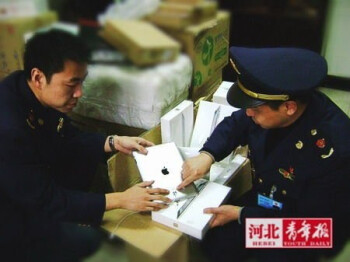 Apple iPad 2 being seized for trademark infringement from a local Chinese retailer