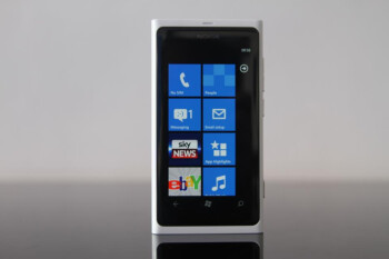 Nokia UK launches a white Lumia 800 exclusively from Phones 4u