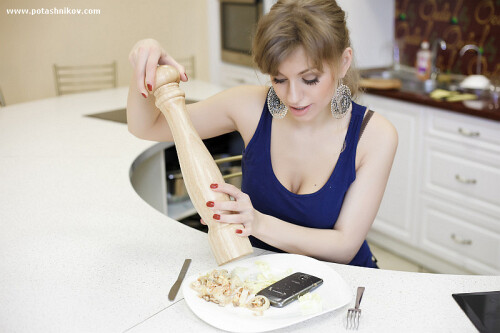 Russian+girl+cooks+a+Galaxy+Nexus+to+get+back+at+her+boyfriend%2C+sexy+destruction+pics+ensue