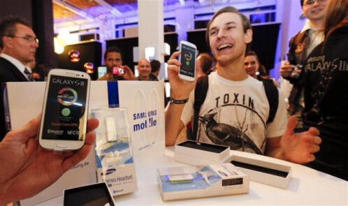 Samsung Galaxy S III launch waiting lines
