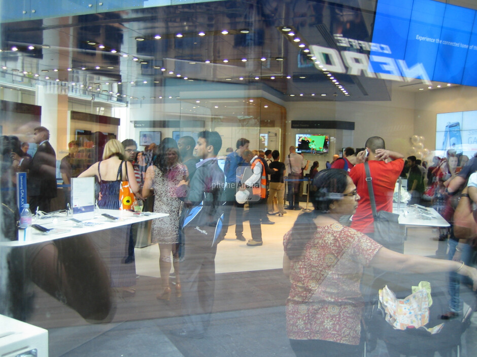Samsung UK stores see lines for the launch of the Galaxy S III, supply issues shaping up