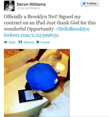 Deron Williams signing his contract on an Apple iPad
