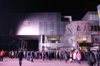 A large and unruly crowd outside an Apple Store in Beijing during the launch of the Apple iPhone 4S