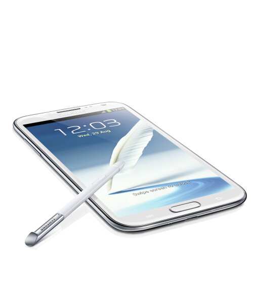 Designwise, the Galaxy Note II looks almost exactly like the Galaxy S III. A bigger one, of course, but with the same soft and great looking Hyperglaze finish.