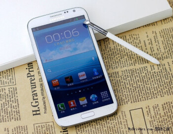 Two frontal shots of the Samsung GALAXY Note II for the Chinese market