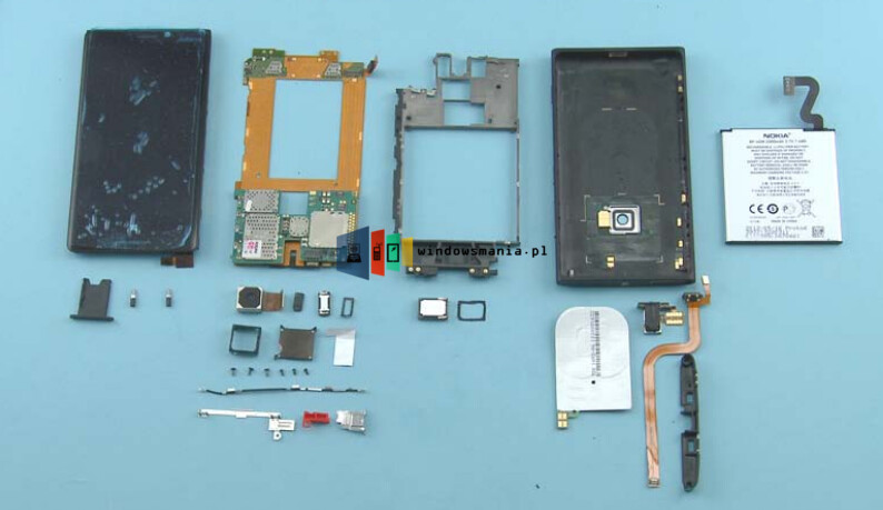 Nokia Lumia 820 and Lumia 920 get the teardown treatment