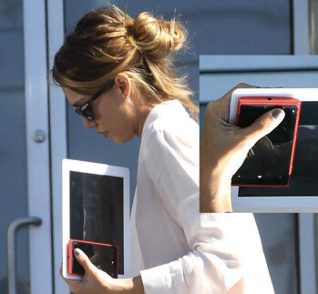 Actress Jessica Alba has switched from her cyan Nokia Lumia 900 to the yet to launch red Nokia Lumia 920