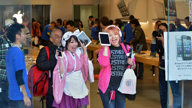 In Tokyo, Apple iPAd mini buyers show off their new purchase - Smaller lines spotted for the launch of the Apple iPad mini
