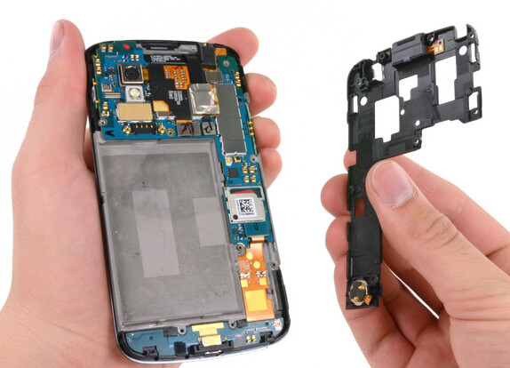The back cover of the Google Nexus 4 contains the NFC antenna - The Google Nexus 4 is taken apart
