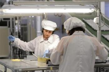 I lavoratori la produzione di pannelli in una fabbrica di AU Optronics