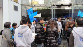 Lomg lines at the Shanghai Nokia Store for the Nokia Lumia 920