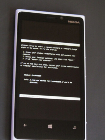 Desktop-style error messages appear on Windows Phone 8