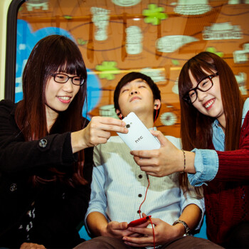 HTC tweets a picture showing a white HTC 8X