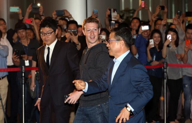 Facebook's Mark Zuckerberg met in Korea with Samsung to discuss a Facebook phone - Zuckerberg seeking Samsung produced Facebook phone?