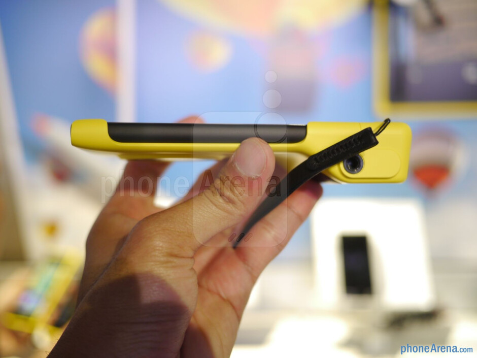 Nokia Camera Grip - Nokia Lumia 1020 Preview