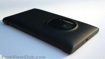 The Nokia wireless charging case (L), and how it looks on the phone