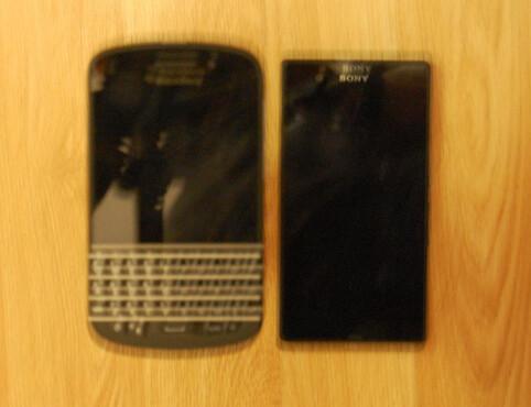 صورة مسربة توضح هاتف Xperia Z1 mini بجانب هاتف Blackberry Q10