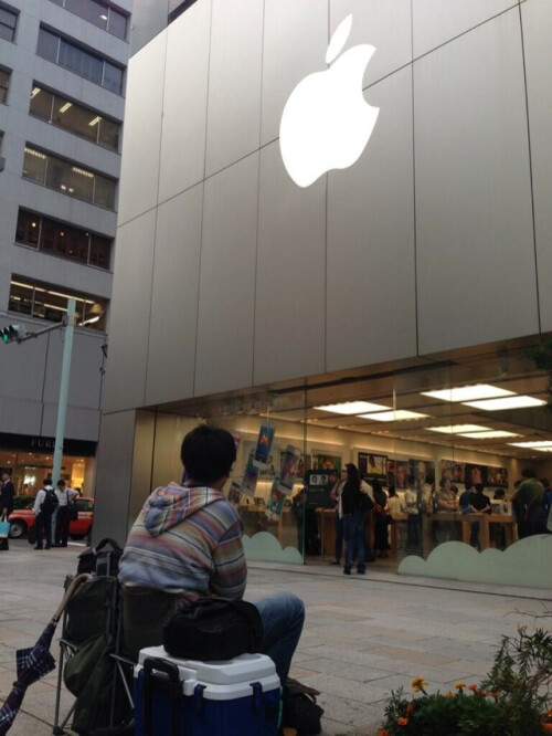 Man on line in Tokyo, waiting for the Apple iPhone 5S launch