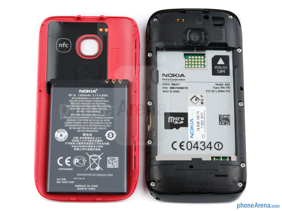 Battery compartment - Nokia 603 Review