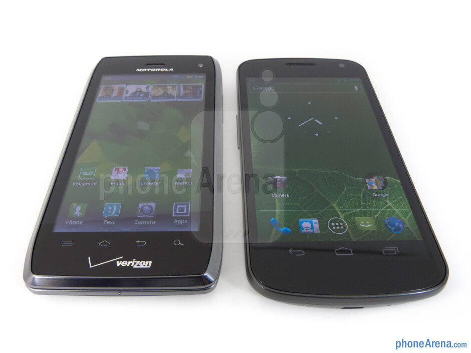 Viewing angles of the Motorola DROID 4 (left) and the Samsung Galaxy Nexus (right) - Motorola DROID 4 vs Samsung Galaxy Nexus