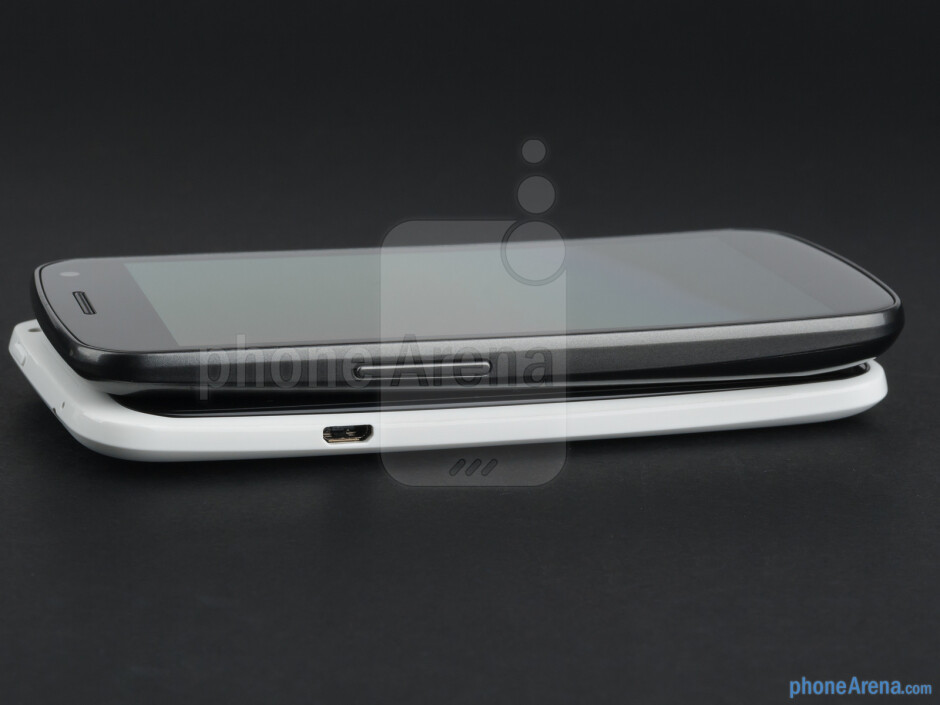 The sides of the HTC One X (right, bottom) and the Samsung Galaxy Nexus (left, top) - HTC One X vs Samsung Galaxy Nexus