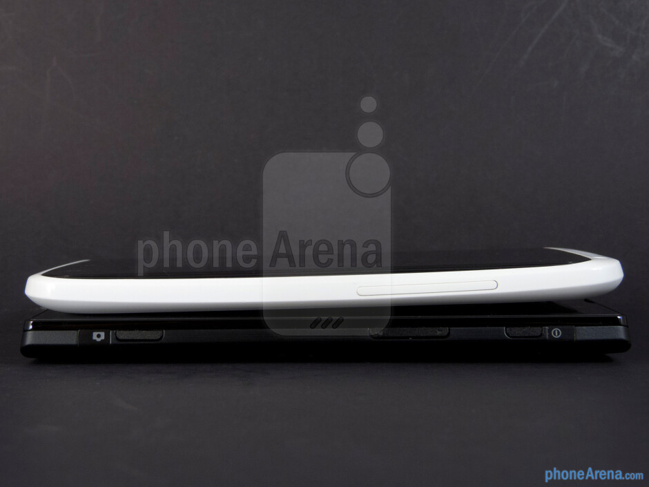 The sides of the Sony Xperia ion (bottom) and the HTC One X (top) - Sony Xperia ion vs HTC One X