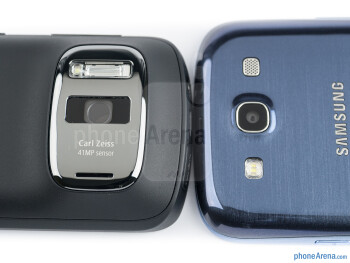 Rear cameras - The Nokia 808 PureView (left) and the Samsung Galaxy S III (right) - Nokia 808 PureView vs Samsung Galaxy S III