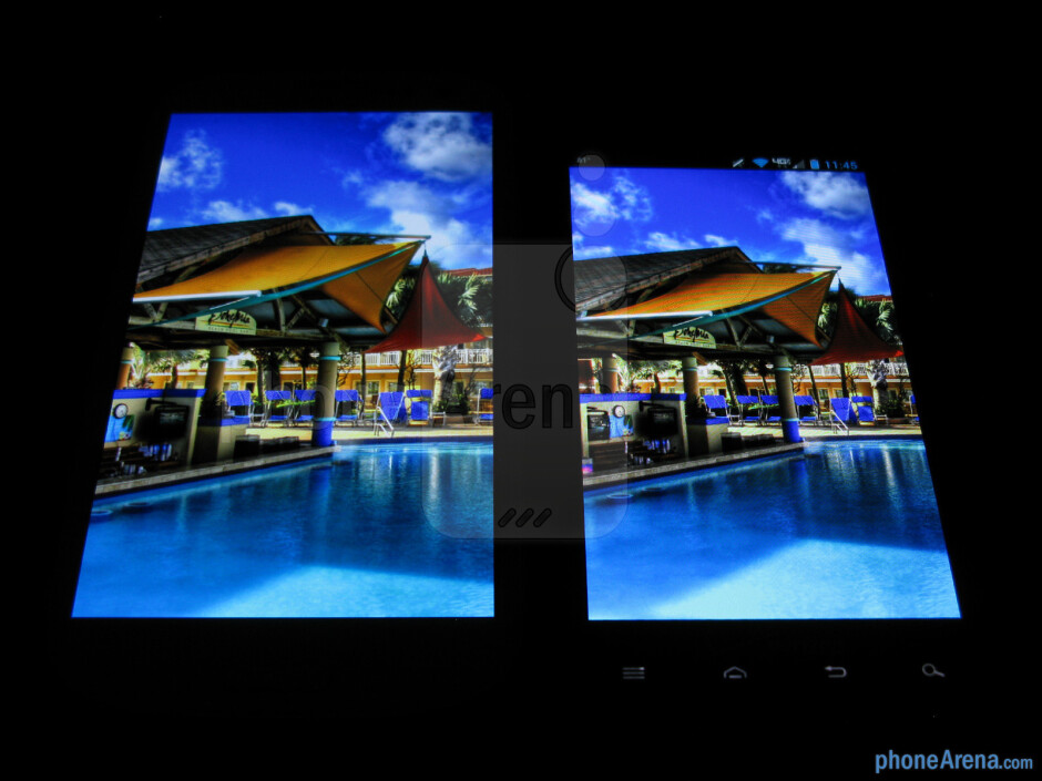 Viewing angles of the Samsung Galaxy S III (left) and the Motorola DROID RAZR MAXX (right)  - Samsung Galaxy S III vs Motorola DROID RAZR MAXX