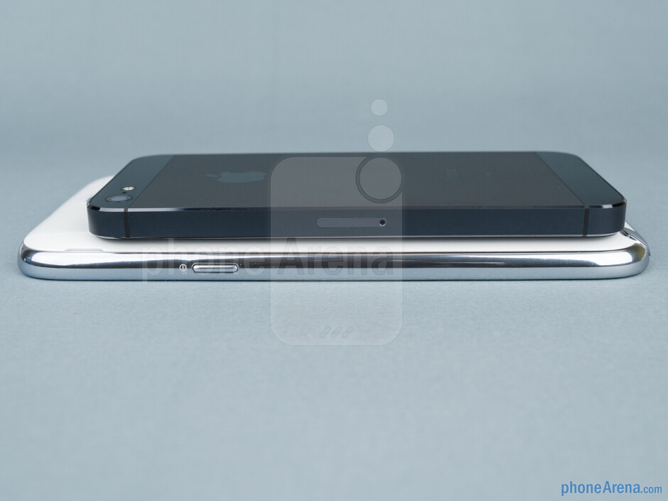 Right - Samsung Galaxy Note II vs Apple iPhone 5