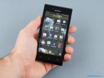 Sony Xperia J nyaman untuk menyimpan dan beroperasi dengan satu tangan - Sony Xperia J Ulasan