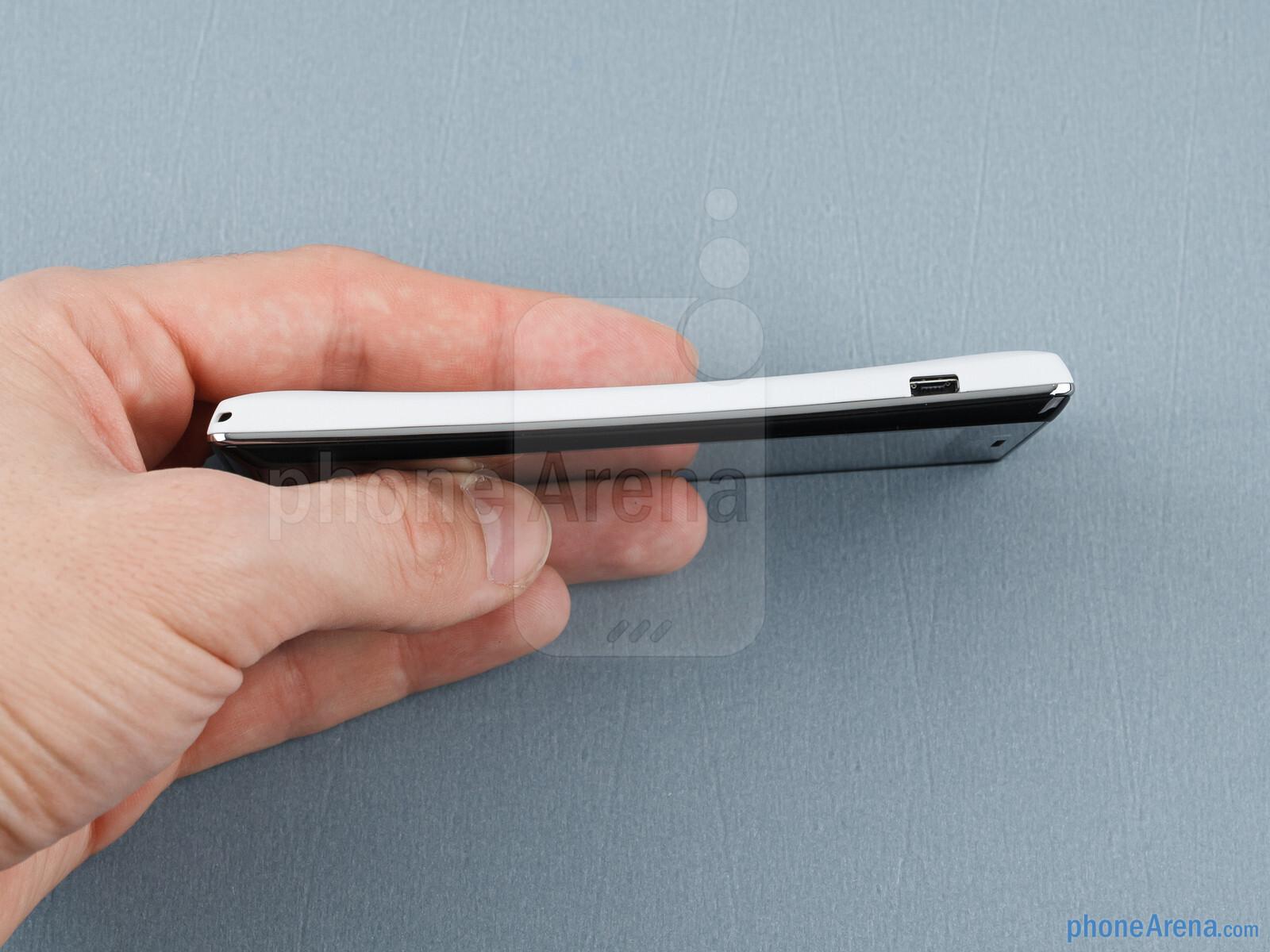 Sony Xperia J nyaman untuk menyimpan dan beroperasi dengan satu tangan Sony Xperia J Ulasan