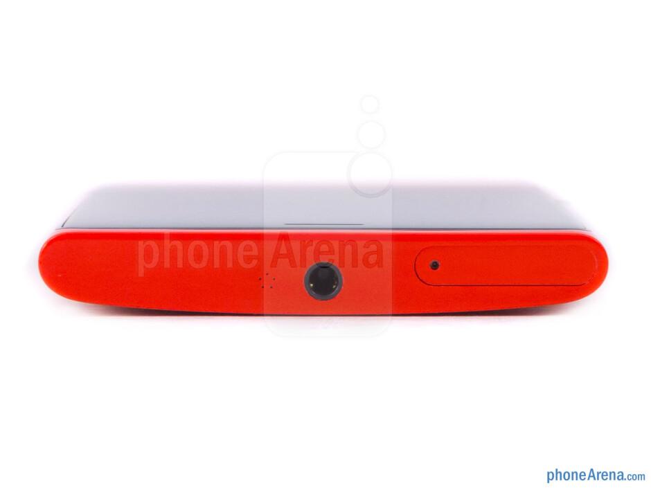 Top - The sides of the Nokia Lumia 920 - Nokia Lumia 920 Review