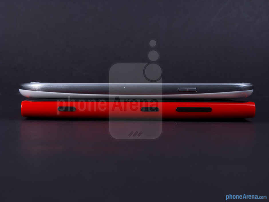 Right - The sides of the Nokia Lumia 920 (bottom) and the Samsung Galaxy S III (top) - Nokia Lumia 920 vs Samsung Galaxy S III