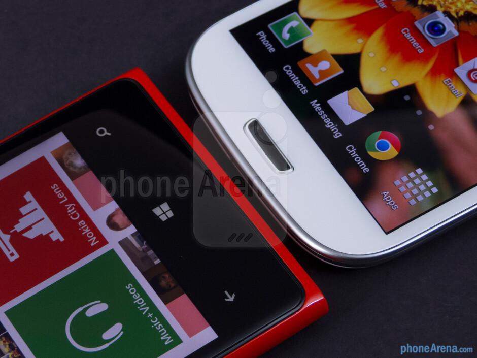 Platform keys - The Nokia Lumia 920 (left) and the Samsung Galaxy S III (right) - Nokia Lumia 920 vs Samsung Galaxy S III