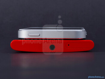 Top - The sides of the Nokia Lumia 920 (bottom) and the Apple iPhone 5 (top) - Nokia Lumia 920 vs Apple iPhone 5