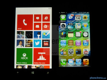 Viewing angles of the Nokia Lumia 920 (left) and the Apple iPhone 5 (right) - Nokia Lumia 920 vs Apple iPhone 5