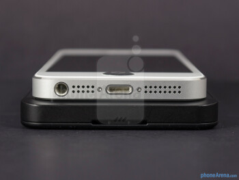 Bottom edges - The sides of the BlackBerry Z10 (botom) and the Apple iPhone 5 (top) - BlackBerry Z10 vs Apple iPhone 5