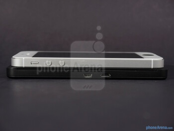 Left - The sides of the BlackBerry Z10 (botom) and the Apple iPhone 5 (top) - BlackBerry Z10 vs Apple iPhone 5