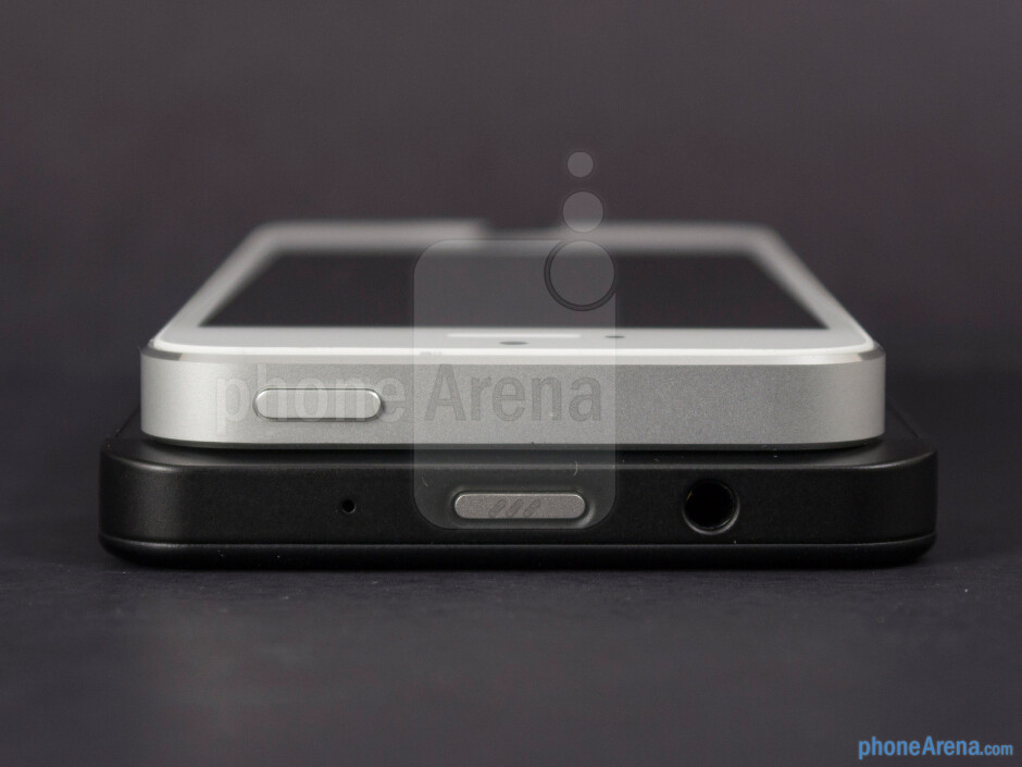 Top - The sides of the BlackBerry Z10 (botom) and the Apple iPhone 5 (top) - BlackBerry Z10 vs Apple iPhone 5