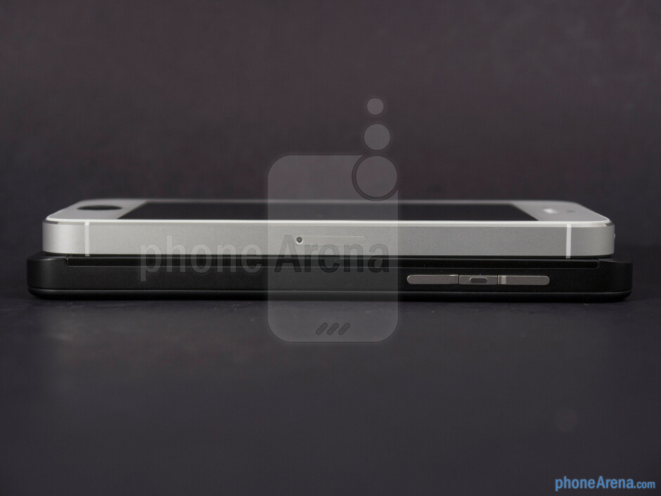 Right - The sides of the BlackBerry Z10 (botom) and the Apple iPhone 5 (top) - BlackBerry Z10 vs Apple iPhone 5