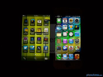 Viewing angles of the BlackBerry Z10 (left) and the Apple iPhone 5 (right) - Color production - BlackBerry Z10 vs Apple iPhone 5