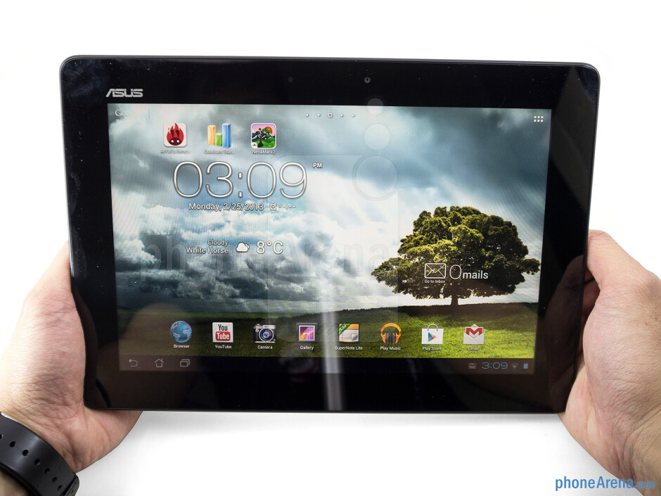 The Asus MeMO Pad Smart 10 is very comfortable to grasp with both hands - Asus MeMO Pad Smart 10 Review