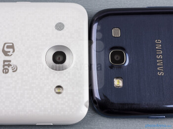 Rear cameras - The sides of the LG Optimus G Pro (bottom, left) and the Samsung Galaxy S III (top, right) - LG Optimus G Pro vs Samsung Galaxy S III