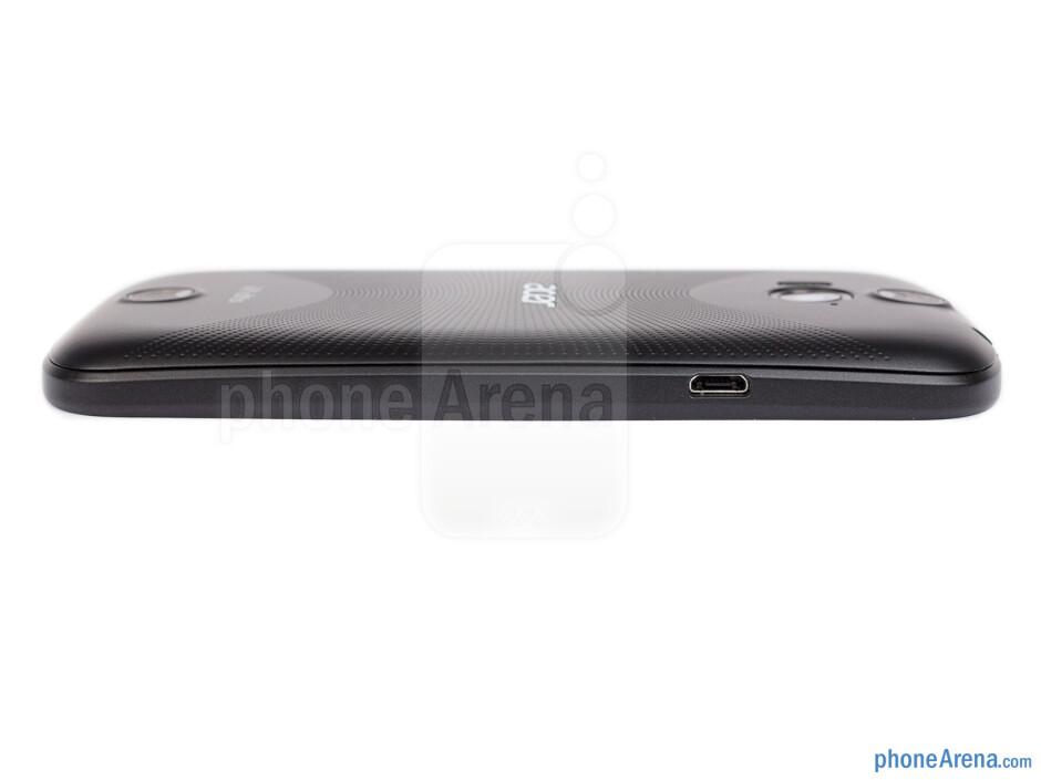 Left side - The sides of the Acer Liquid E1 - Acer Liquid E1 Review