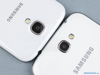 Rear cameras - The sides of the Samsung Galaxy S4 (bottom, left) and the Samsung Galaxy Note II (top, right) - Samsung Galaxy S4 vs Samsung Galaxy Note II