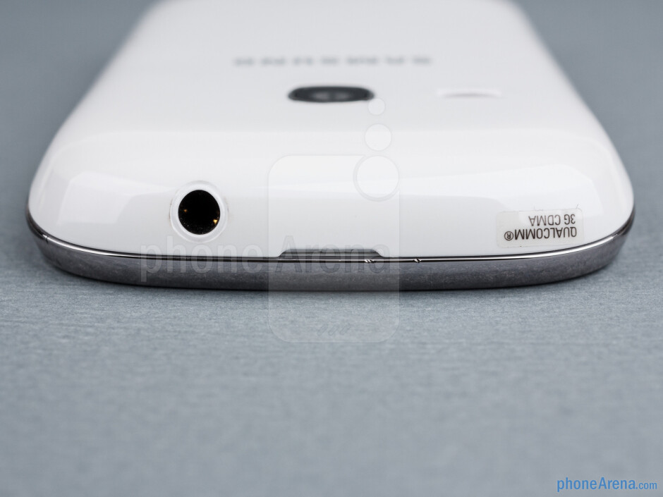 The headset jacks is on the top - Samsung Galaxy Young Duos Review