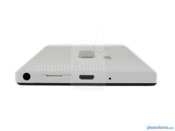 Top - The sides of the Nokia Lumia 928 - Nokia Lumia 928 Review