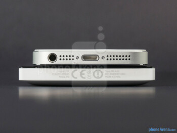 Bottom - The sides of the Nokia Lumia 928 (bottom, left) and the Apple iPhone 5 (top, right) - Nokia Lumia 928 vs Apple iPhone 5