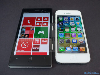 Viewing angles of the the Nokia Lumia 928 (left) and the Apple iPhone 5 (right) - Nokia Lumia 928 vs Apple iPhone 5