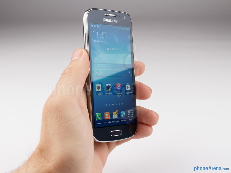 The glossy plastic housing of the Samsung Galaxy S4 mini feels just like it does on the S4 - Samsung Galaxy S4 mini Review